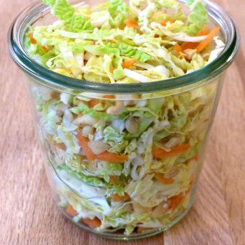 Salade de chou vert Vegan aux saveurs sucrées salées